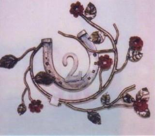 house_num_horseshoe_roses